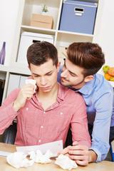 Schwuler Mann weint und wird vom Freund getröstet