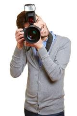 Mann fotografiert mit Kamera