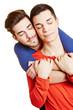 Junges schwules Paar umarmt sich zärtlich