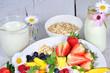 Gesunder Start in den Tag: Milch und Früchte