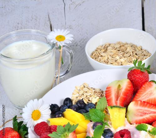 Guten Morgen: Früchte, Milch, Joghurt und Haferflocken