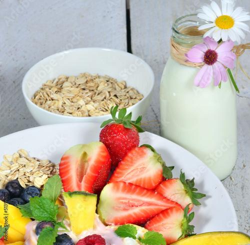 Guten Morgen: Gesundes Frühstück mit Milch und Früchten