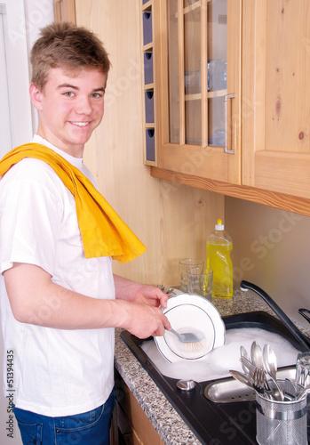 Teenager hilft beim Abwaschen