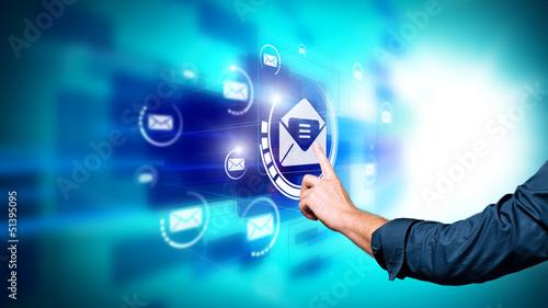 Mann drückt virtuelles E-Mail-Symbol