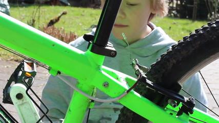 Kind putzt Fahrrad