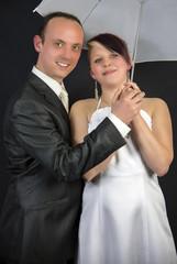 Portrait Brautpaar mit Schirmchen