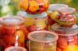 tomaten, paprika und gurken in einmachgläsern