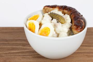 kartoffelsalat mit grillwurst und ei