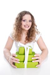 Lachendes Geburtstagskind - Frau isoliert mit Geschenk
