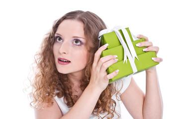 Mädchen isoliert hört was im Geschenk ist