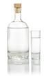 gefüllte Spirituosenflasche mit einem vollen Schnapsglas