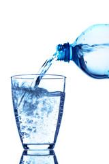 Wasser in ein Glas gießen
