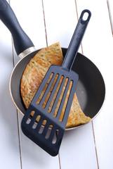 omelette con piselli nella padella