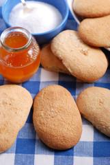 biscotti savoiardi siciliani con barattolo di miele
