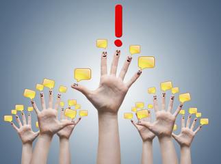 grupo de manos con bocadillos de la conversación