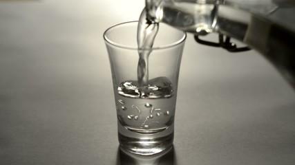 Schnapsglas mit vodka einfüllen