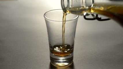 Schnapsglas mit whisky einfüllen