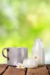 Milch auf Holztisch im Garten