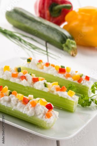 Antipasto , sedano con formaggio e verdure, fuoco selettivo