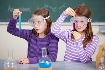 schülerinnen führen chemisches experiment durch