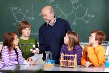 schüler und lehrer im chemieunterricht