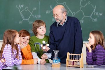 lehrer und schüler im chemieunterricht