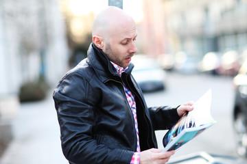 Mann ließt Magazin