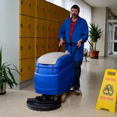 Hausmeister bei Reinigungsarbeiten