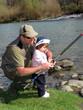 papà e figlia pescano in riva al fiume