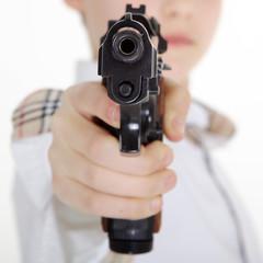 Jugendlicher mit Waffe bedroht