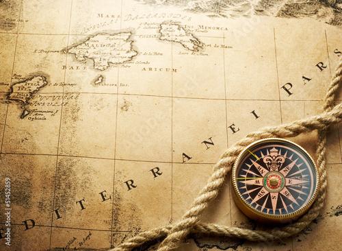 kompas-na-mapie-vintage-1732