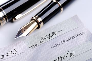 assegno bancario con penna stilografica