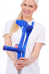 Krankenschwester übergibt 2 blaue Krücken - nurse with crutch