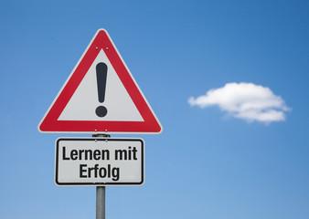 Achtung Schild mit Wolke LERNEN MIT ERFOLG
