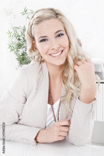 Portrait einer jungen blonden gut aussehenden Frau