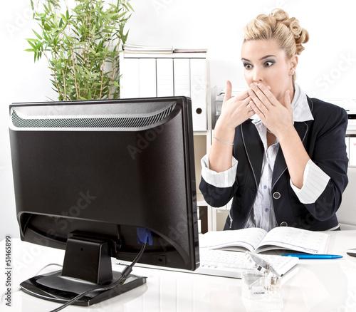 Computer Absturz - Frau schockiert am PC