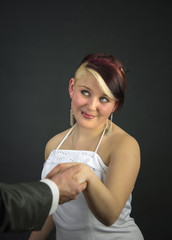 Braut wird zum Altar geführt