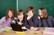 lachende kinder schauen auf netbook