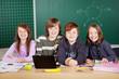schüler mit netbook im klassenzimmer