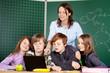lehrerin und schüler schauen auf laptop