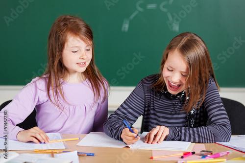 zwei mädchen in der klasse