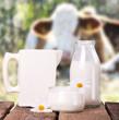 Milch mit Kühen im Hintergrund