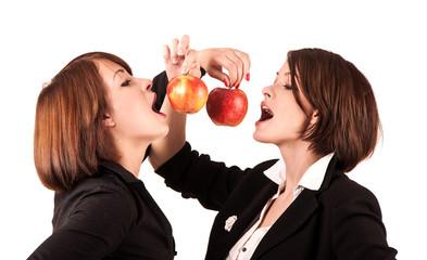 девушки едят яблоки