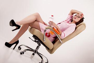 уборщица в розовом халате