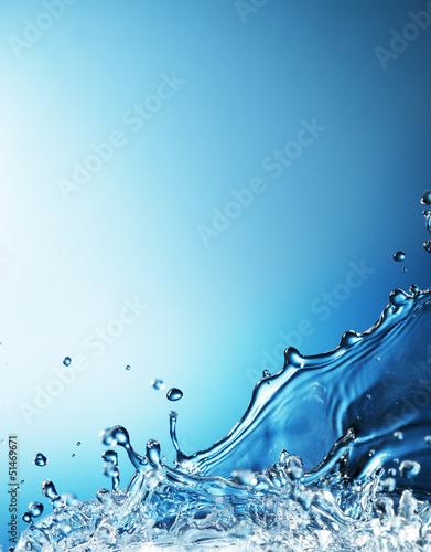 plusk-wody-na-niebieskim-tle