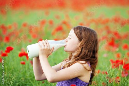 Leinwandbild Motiv mädchen trinkt milch