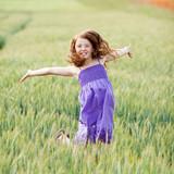 fröhliches mädchen springt im kornfeld