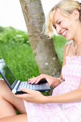 frau mit laptop in der natur