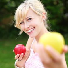 lächelnde frau zeigt äpfel