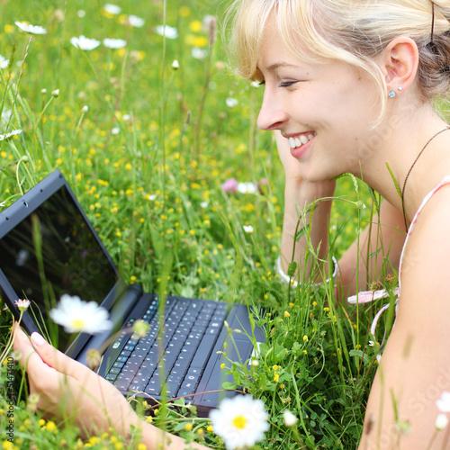 mit netbook auf der blumenwiese